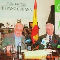 Elizardo Sánchez (derecha) junto a Guillermo Gortázar, presidente de la FHC.