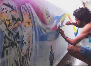 El Sexto en plena labor ante un muro habanero.