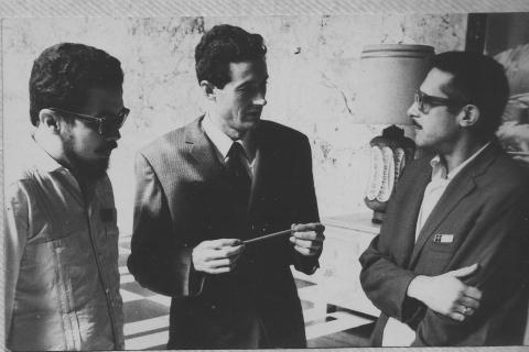 De izquierda a derecha: Manuel Díaz Martínez, Félix Grande y Roberto Branly. Hotel Habana Libre, La Habana, 1967. (Archivo: MDM)