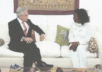 El presidente de Chile, Sebastián Piñera, conversa en La Habana con la dirigente de las Damas de Blanco, Berta Soler.