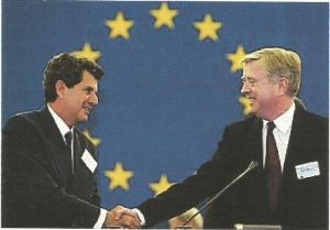 Cox, presidente del Parlamento Europeo, da la mano a Payá, que acabab de recibir el Premio Sájarov otorgado por dicho Parlamento.