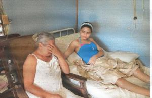 Anays junto a su abuela.  (Foto del autor.)